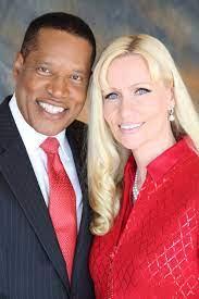Larry Elder's ex-fiancee alleges a gun ...