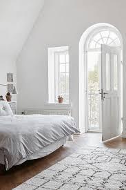 Minimalistisches Schlafzimmer Mit Viel Licht Und Weiß