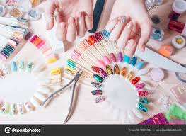 Hřebík Umění Koncept žena Dělat Zdobení Na Nehty Na Bílém Stole