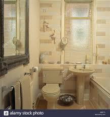 Jalousie Fenster Oben Creme Sockel Waschbecken Und Toilette In Creme