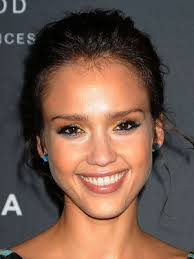 looking for something diffe in your makeup routine but don t want it to be outlandish look to jessica alba for inspiration then