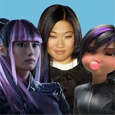 紫のハイライトの髪型にみるアメリカのポップカルチャーのアジア人女性の