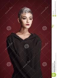 Mooie Jonge Vrouw Met Kort Grijs Haar Stock Afbeelding Afbeelding