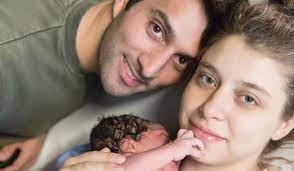 Hande Erçel'in ablası Gamze Erçel bebeğini emzirirken fotoğraf paylaştı