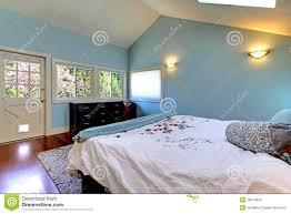 Blaues Schlafzimmer Mit Bett Und Oberlicht Stockbild Bild Von