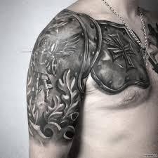 доспехи с крестом и архангелом тату на плече у парня добавлено