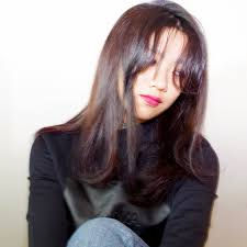 ストレートヘアと長めの前髪で雰囲気あるモードロングスタイル ヘア