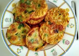 Tunggu sampai bagian bawang menjadi matang 7. Cara Menyajikan Kreasi Indomie Goreng Martabak Mie Telur Yang Enak Dan Murah