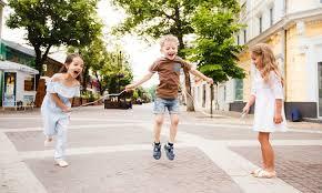 Los juegos de patio son los juegos infantiles clásicos , que se realizan sin ayuda de juguetes tecnológicamente complejos, sino con el propio cuerpo o con recursos fácilmente disponibles en la naturaleza (arena, rocas, ciertos huesos como las tabas, hojas, flores, palos, colores. 27 Juegos Tradicionales Mexicanos Con Reglas E Instrucciones