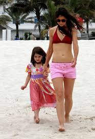Con su delgada cuerpo y Café oscuro cabello sin sostenedor (tamaño de copa 34C) en la playa en bikini
