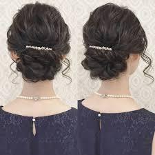 お呼ばれヘア 綺麗めスタイル 黒髪でも柔らかい雰囲気に 髪飾りは持っ