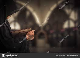 коран в руке священная книга мусульман общественный пункт всех