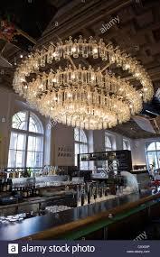 Farbloses Glas Flasche Kronleuchter In Der Bar Und Im