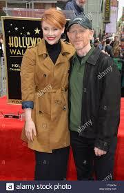 LOS ANGELES, CA - 10 dicembre 2015: il regista Ron Howard & figlia attrice  Bryce Dallas Howard su Hollywood Boulevard dove fu onorato con la 2,568th  della stella sulla Hollywood Walk of