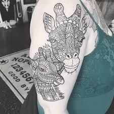 татуировка жирафов на плече девушки фото рисунки эскизы