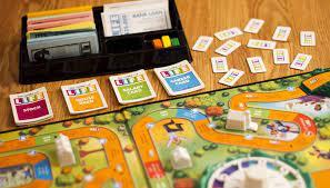 Los juegos de mesa clásicos como el parchís, la oca, escaleras y serpientes, etc. Reglas Del Juego De La Vida O Juego De Mesa Life Entretenimiento Digital