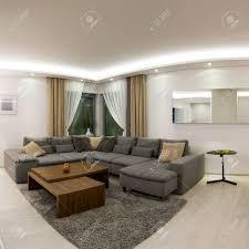 Geräumige Moderne Wohnzimmer Mit Esstisch Aus Holz Lizenzfreie Fotos