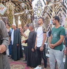 صلاح محسن يتلقى العزاء في والده بالزقازيق