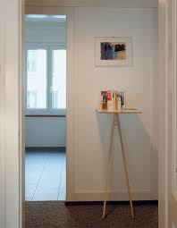 the casual manner in which this desk leans against the wall is quite remarkable the coolest thing about it however is its ability to be independent and