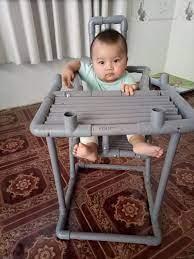 Trông con bận bao việc, mẹ đảm vẫn tranh thủ làm cho bé chiếc ghế ăn dặm bằng  ống nước cực xinh