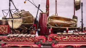 Dilansir dari encyclopaedia britannica (2015), gamelan terdiri dari gong, kenong, gambang, celempung, hingga alat musik pendamping lainnya. Macam Macam Alat Musik Tradisional Pada Gamelan Dari Siter Hingga Gong Hot Liputan6 Com