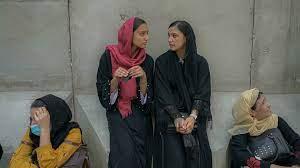 النساء في أفغانستان بين الغضب والخوف والخيبة في مواجهة حكم طالبان - فرانس 24