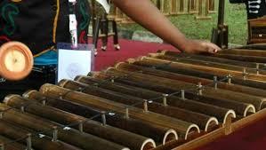 Adapun cara memainkannya yakni dipukul memakai alat tertentu. Berjuang Tembus Ke Unesco Musik Kolintang Tampil Di Hut Ri 68