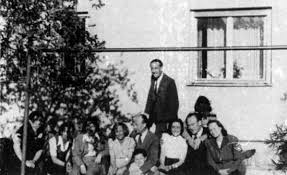oskar and emilie schindler org oskar schindler a group of former inmates from bruenlitz 1947