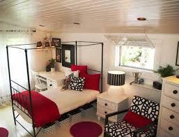 Moderne Jugendzimmer Einrichtung Mit Metallbettgestell Schwarz Und Coole  Holzschrönke Weiß Mit Schwarzen Griffen Und Runden Teppiche