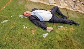 Resultado de imagem para homem bebado no parque cornetadorw