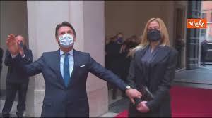 Conte lascia Chigi fra gli applausi dei dipendenti, mano nella mano con la compagna  Olivia Paladino - YouTube