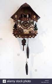 In legno orologio a cucù tradizionale tedesco parete bianca Foto stock -  Alamy