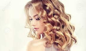 エレガントなヘアスタイルとブロンドの魅力的な女性中間の長さ密な