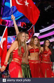Hadise (2. R) der Türkei begrüßt Fans wie sie feiert Aufstieg in das Finale  des Eurovision Song Contest in Moskau 12. Mai 2009. REUTERS/Sergei  Karpukhin (Russland ENTERTAINMENT Stockfotografie - Alamy