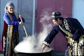 Обычаи и традиции узбекского народа СКАЧАТЬ РЕФЕРАТ НА ЛЮБУЮ  Обычай предписывал оказывать хлебосольство даже врагу Недаром старинная пословица гласила Гостеприимство выше мужества