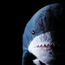"""IKEAのサメを怖そうに撮ってたら1日が終わった"""" かわいいサメがホラーに変身……? 違いが驚きでかわいい - ねとらぼ"""