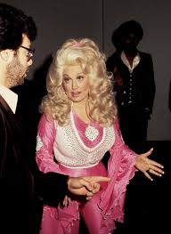 dolly parton s best hair moments from beehives to bodacious bobs vogue