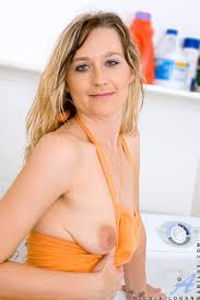 Beautiful Naked Mature Babe Spreads Her Pussy In The Laundry Room As She Waits For Her Clothes To Dr Porn Titan