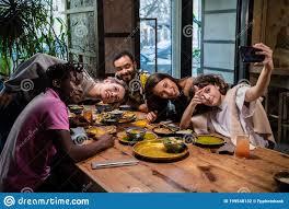 Cinco Jóvenes Amigos Sentados En La Mesa En Un Café, Tomándose Selfie Foto  de archivo - Imagen de atractivo, lindo: 199548132