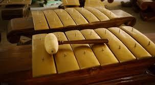 Saung gauk berbentuk melengkung pada sisi leher dengan semacam hiasan yang khas. 10 Alat Musik Tradisional Indonesia