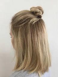 Neue Frisurentrends Frauen Half Bun Blond Mittellange Haare