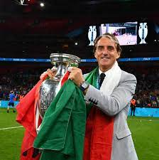 "تويتر \ Roberto Mancini على تويتر: ""New trophy, new profile pic 🏆  https://t.co/bihz7gS7hV"""