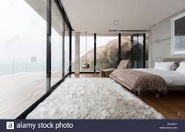 Shag Teppich Und Glas Wände In Modernen Schlafzimmer Stockfoto Bild