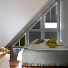 Schlafzimmer Mit Giebelfenster Rollo Plissee Verd