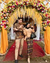 Demi tampil kekinian maka berusaha menggunakan model baju pasanga menggunakan pacar atau bahkan dengan tunangan anda. 8 Inspirasi Kebaya Couple Dengan Hijab Buat Kondangan