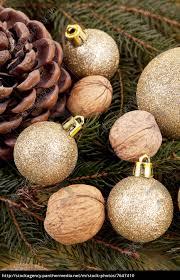 Stock Bild 7647410 Festlicher Christbaumschmuck Mit Weihnachtlichen Kugeln Auf