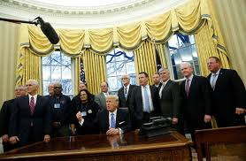 Office drapes Rich Luxury Slideshow Preview Image Jc Licht Gold Drapes In Trumps Oval Office Raise Historical Questions Aol