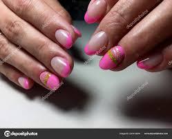 マットのデザインとゴールドのリボンとファッショナブルなピンクの