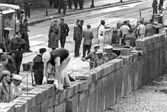 12 août 1961: Construction du Mur de la honte à Berlin Images?q=tbn:ANd9GcTskHCrl1ISK9JSNOiwQYbtFmiNxMeeErF6hogym1W0pTkUkvAa