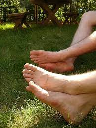 why do feet smell like ammonia